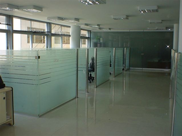 Divisiones en vidrio y acero inoxidable metalglass for Paredes de cristal para oficinas